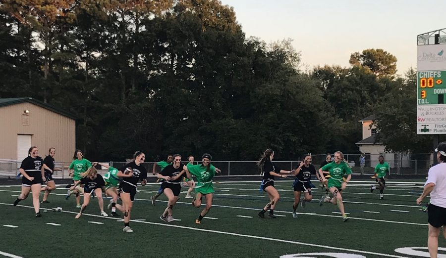 Seniors+run+the+ball+and+score+against+the+juniors+at+the+2018+Homecoming+game.+